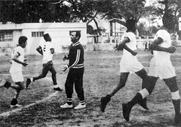 Hugo Bagnulo al frente de una práctica de Alianza Lima (Recorte: revista ¡Arriba Alianza!)