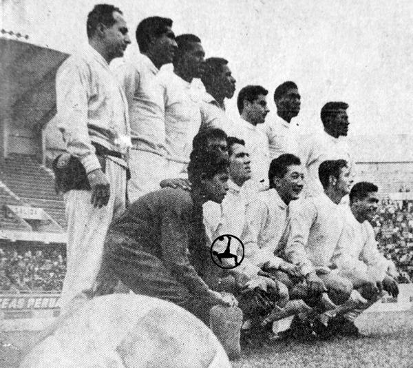 Equipo del Defensor Arica en la temporada de 1966, la única de Hugo Tassara como DT en el fútbol peruano (Recorte: diario El Comercio)