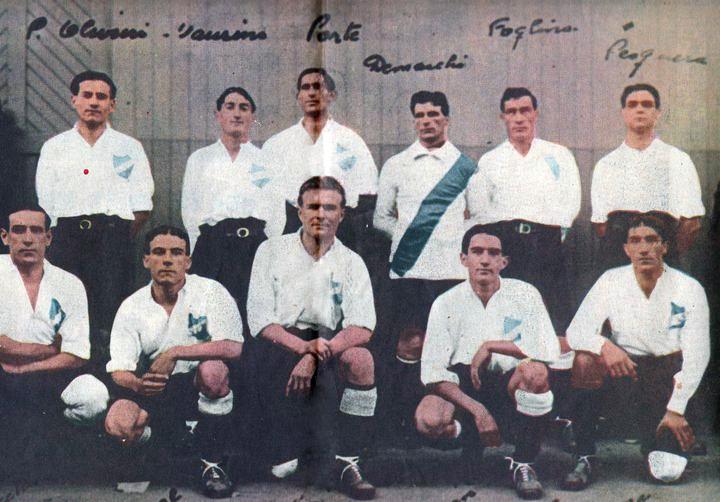 Pedro Olivieri -el primero desde la izquierda de los parados- durante su época como jugador de Nacional (Foto: anotandofutbol.com)