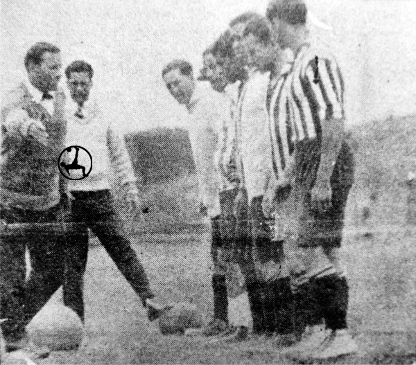 El entrenador Olivieri dando instrucciones a sus dirigidos en una práctica (Recorte: diario La Crónica)