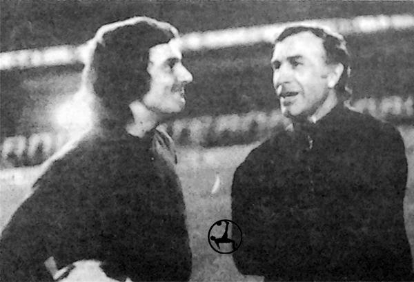 En la cancha del Nacional junto al arquero Miguel Santoro cuando en 1972 se alistaba para disputar la final de la Libertadores con Independiente (Recorte: diario La Crónica)