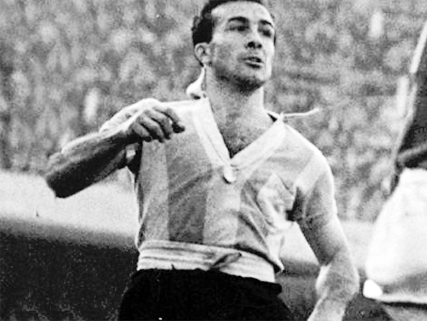 En su época de futbolista Pedro Dellacha fue un eficiente defensa tanto con la selección argentina como en los clubes que defendió (Foto: diasdehistoria.com.ar)