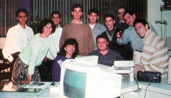 Sala de redacción de la revista Estadio en la que figuran, entre otros, Carlos Salinas, actual director del diario Líbero (Recorte: revista Estadio)
