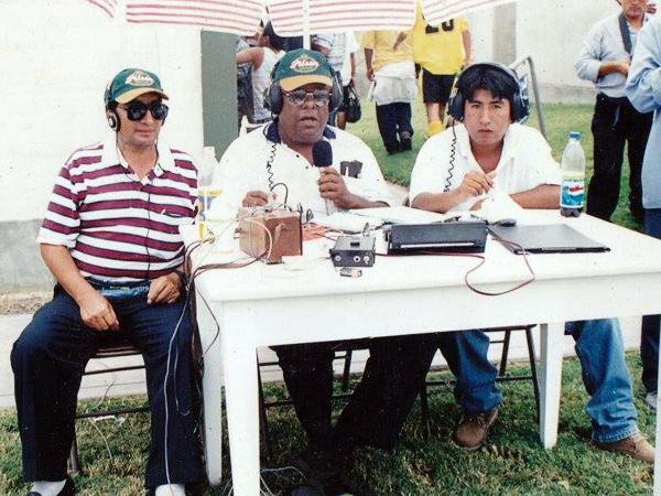 El desaparecido Óscar Rabines flanqueado por el técnico Efraín Anaya y un muy joven Freddy Cora (Foto: Facebook)