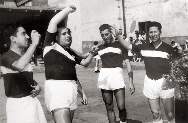 Los campeonatos de fulbito eran infaltables en la época de 'Pocho' Rospigliosi en La Crónica, a quien aquí vemos con su equipo junto a -entre otros- Litman Gallo y 'Lolo' Salazar (Foto: cortesía Teodoro 'Lolo' Salazar)