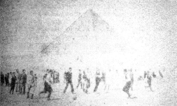 La primera imagen de un partido de fútbol que publicó La Crónica, con las pirámides como marco (Recorte: diario La Crónica)