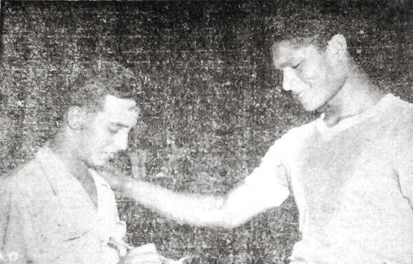 Un joven Alfonso 'Pocho' Rospigliosi entrevista a Wálter Ormeño, arquero de la selección peruana durante el Sudamericano de 1949 (Recorte: diario La Crónica)