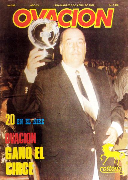 'Pocho' Rospigliosi como tapa de su propia revista sosteniendo al premio Circe (Foto: revista Ovación)