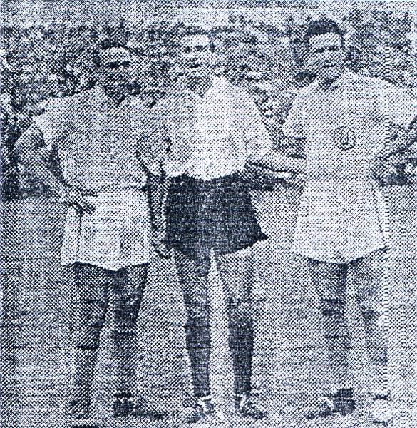 Oscar Artacho en su época de futbolista, al medio con la chompa de Mariscal Sucre entre los hermanos Fernández: 'Lolo' y 'Lolín' (Foto: surquillanomiraflorino.blogspot.com)