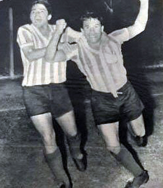 Celebración de uno de los goles de Racing ante Independiente Medellín, antes del dramático periplo en el vuelo que le pudo costar la vida a todo el plantel de la 'Academia'. (Recorte: revista Equipo)