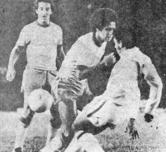 Chumpitaz se interpone al avance de Roberto Batata, mientras observa Vanderlei. Queda claro que Brasil no tenía lo mejor de su vidriera (Foto: revista Ovación)