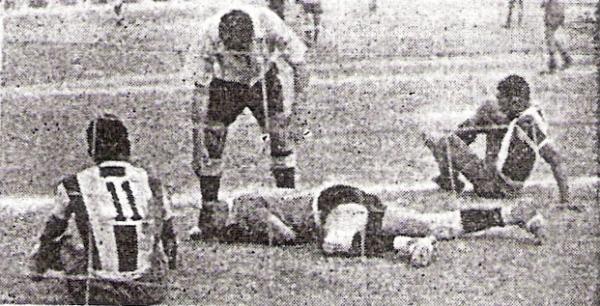 Alianza cerró octubre de 1955 perdiendo ante Boys, siempre de blanquiazul. Acá yacen en el suelo, tras un choque, 'Willy' Barbadillo y el golero rosado Felandro (Recorte: diario La Crónica)