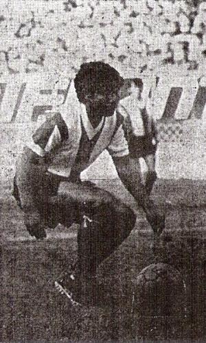 Este es nadie menos que un joven César Cueto estrenando camiseta blanquimorada ante Cristal en 1971 (Recorte: diario Correo)