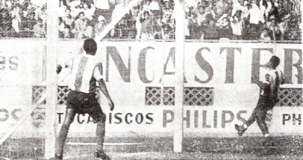 Teófilo Cubillas y 'Babalú' Martínez con camiseta blanquimorada ante Tabaco en octubre de 1971. Nótese claramente la diferencia de oscuridad entre la tonalidad de la camiseta blanquimorada y el short azul (Recorte: diario Correo)