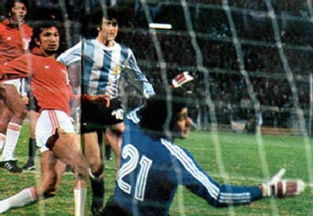 Mario Kempes perforando las redes de Ramón Quiroga en el 6-0 de Argentina sobre Perú en el Mundial de 1978. Esta fue la peor goleada sufrida a manos de la albiceleste (Foto: perucampeon.com)
