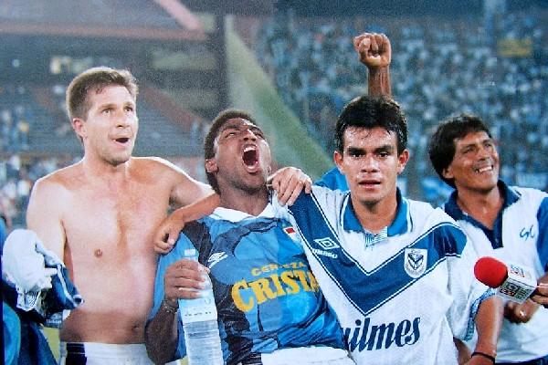 Adrián Czornomaz, Manuel Marengo y Erick Torres celebran tras el 0-1 ante Vélez en la historica campaña de los celestes en 1997. Aquella vez fue la única vez que la escuadra de Liniers perdió ante equipos peruanos (Foto: flickr.com)