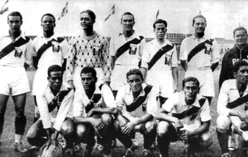 El equipo peruano ante Austria. Solo había, como se ve en la foto, tres jugadores de color: Guarderas Lavalle -segundo de los parados-, Magallanes -primero de los hincados- y Villanueva -último de los hincados-. (Foto: wikipedia.org)