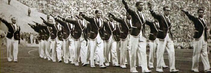La delegación peruana haciendo el saludo nazi en la inauguración de los Juegos. Alejandro Villanueva aparece en primer plano. (Foto: revista Don Balón Perú)