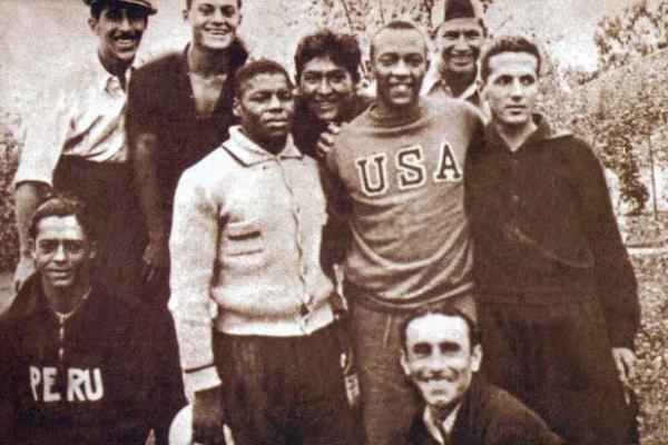 Parte de la delegación peruana en Berlín con Jesse Owens, el famoso atleta estadounidense que fuera héroe en Berlín. Puede notarse a Valdivieso y Tovar en la imagen. (Foto: revista Don Balón Perú)