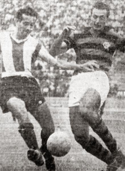 Una imagen del encuentro en el que Alianza cayó por 1-3 ante Flamengo. Aquí se puede apreciar a Roberto 'Tito' Drago en disputa de un balón con el brasileño Rubens (Recorte: diario La Crónica)