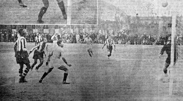 Jugada de riesgo sobre el arco del Miguel Grau que cayó goleado el día que Alianza se coronó campeón en la Primera de Lima (Recorte: diario La Crónica)
