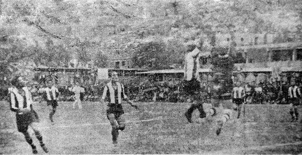 Juan Valdivieso atenaza el balón en el partido de Alianza Lima contra Unión Carbone, el estreno de los íntimos en