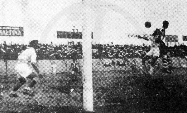 Como era su costumbre, 'Manguera' Villanueva gana en el salto para generar una ocasión de riesgo en el partido que los enfrentó con el campeón chalaco (Recorte: diario La Prensa)