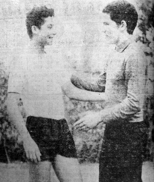 Roberto Chale y Ramón Mifflin, ambos con 18 años, en un encuentro ocasional durante las prácticas de Centro Iqueño cuando el 'Cabezón' ya alternaba con Defensor Arica (Recorte: diario La Crónica)