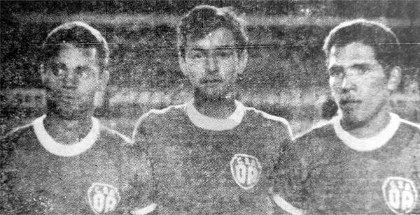 El brasileño Coutinho, Napoleón Rodríguez y Ramón Mifflin con la camiseta de Defensor Arica la noche del debut con goleada frente a Carlos Concha (Recorte: diario La Crónica)