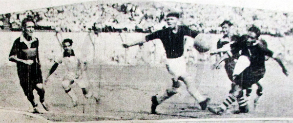 Una salida en falso del portero Marcos Huby -vestido de blanco- casi provoca un gol de Sullana en su partido ante la selección de Lima (Recorte: diario La Crónica)