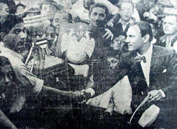 Carlos Vargas Machuca, portero de Sullana, recibe la Copa Perú de manos de Luis Picasso, presidente de la FPF (Recorte: diario La Crónica)