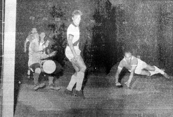 El primer gol de Míguez jugando por Cristal: al arquero Moacir Barbosa cuando le ganaron a Vasco da Gama (Recorte: diario La Crónica)