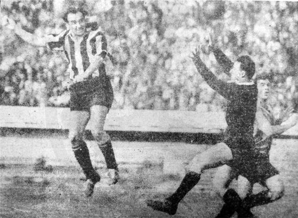 Omar Míguez con la chompa aurinegra de Peñarol, a la que defendió conquistando títulos (Recorte: diario La Crónica)