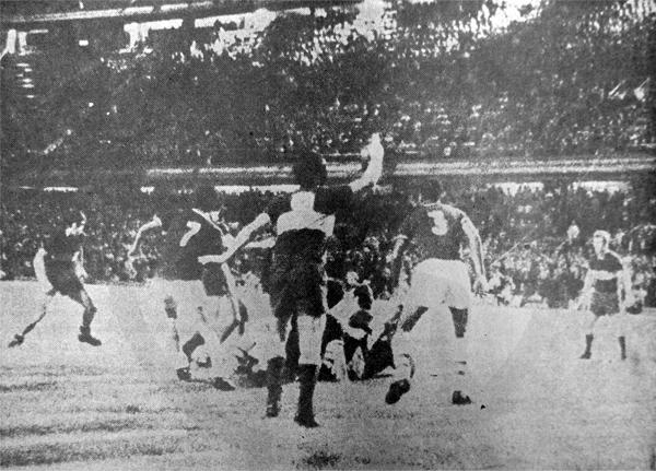 Toda la pelea comenzó en esta acción en la que Alfredo Quesada recibió una dura falta dentro del campo de Boca (Recorte: diario El Comercio)