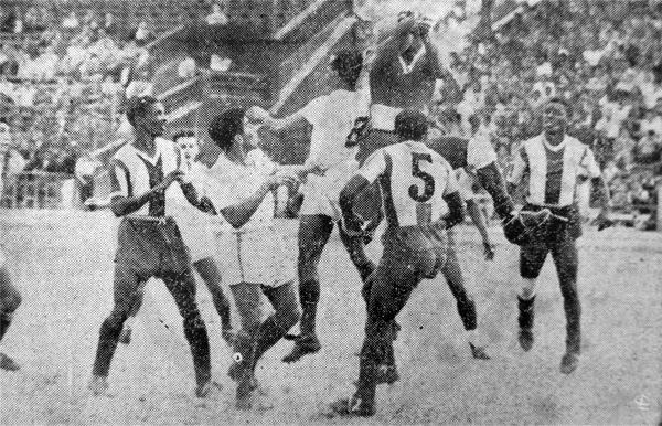 Jorge 'Campolo' Alcalde carga sobre Teódulo Legario, el arquero de Alianza que actuó durante el empate entre los compadres (Recorte: diario La Crónica)