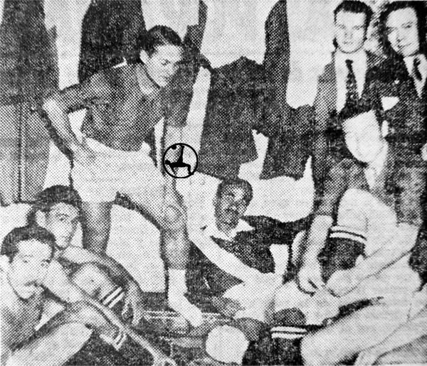 Jugadores peruanos, con Carlos Tovar a la cabeza, en el vestuario antes del partido con Chile con camiseta de San Lorenzo de Almagro. (Recorte: diario La Crónica)