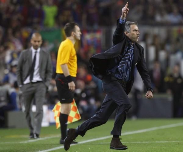 Mourinho festejó el éxito de su estrategia ultradefensiva en el Camp Nou. Al fondo, Guardiola y los cultores del fútbol atildado lo lamentaron (Foto: Reuters)