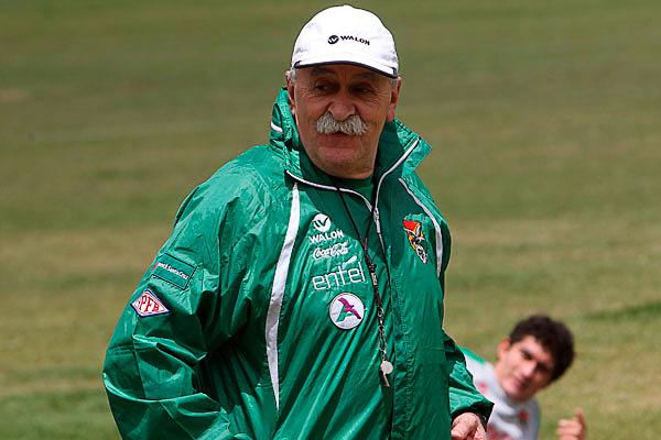 Pasaron los años, pero el semblante de Xabier Azkargorta al mando de la selección de Bolivia sigue siendo el mismo (Foto: EFE)