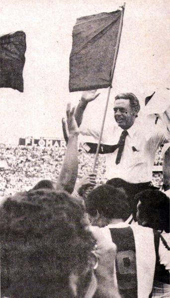 Vuelta olímpica de Alianza con Juan Eduardo Hohberg en hombros de los hinchas que invadieron el campo en Matute (Recorte: revista Ovación)