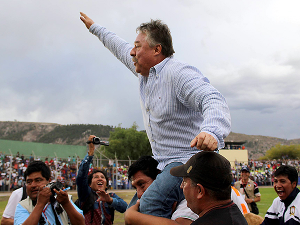 Ospina es levantado en hombros tras la salvación de Ayacucho. (Foto: Michael Carrión / prensa Ayacucho FC)