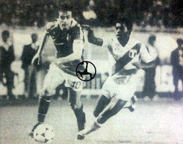 Michael Platini y Julio César Uribe, técnica de sobra en ambos aunque con propuestas distintas en el amistoso de 1982. (Recorte: L'Equipe)
