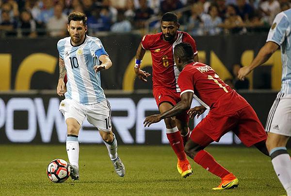 El Panamá de 'Bolillo' se presentó ante Argentina con un 4-1-4-1, hasta que Lionel Messi lo destruyó. (Foto: AFP)