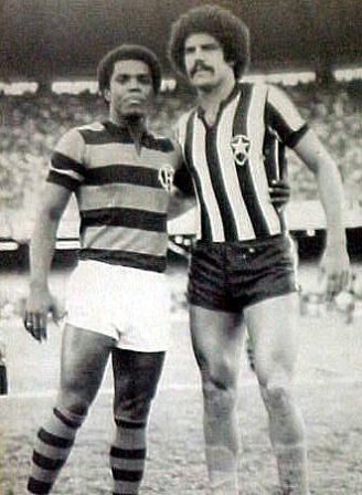 Claudio Adao y Roberto Batata antes de un Flamengo - Botafogo de los años '70 (Foto: miltonneves.com.br)