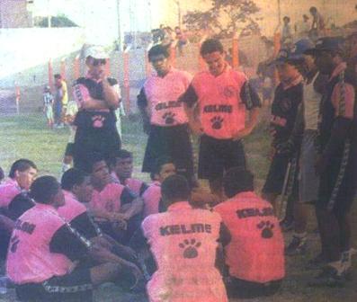 Charla técnica de Adao en el Boys de 1997, con su infaltable traza de bividí y shorts (Foto: revista Crack)