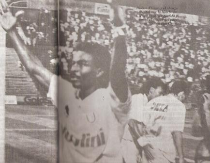 Elocuente imagen: festeja Mario Dolmo en solitario luego de convertirle a Alianza en Matute por la Libertadores 1994, mientras al fondo Beltramo (25) se lleva el abrazo de Martín 'León' Rodríguez (Recorte: revista Estadio, N° 85 pp. 16-17)