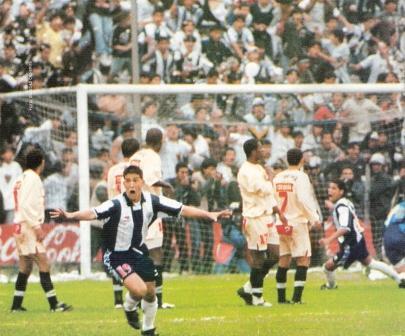 El gol que inmortalizaría a Gareca: arco sur, minuto 76 del clásico, Ibáñez vencido por el tiro libre de un recién ingresado en su primer contacto con el balón (Foto: revista Once, N° 64 pp. 4-5)