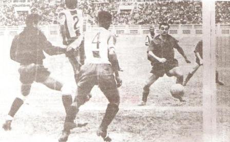 Sacco en acción con la camiseta del Cúcuta colombiano durante su visita a Lima en 1952, frente a Alianza Lima (Foto: revista Gol)
