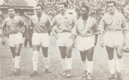 La extraordinaria delantera que conformó Cristal para su debut profesional en 1956: Luis Navarrete, Antonio Sacco, Carlos Zunino, Máximo 'Vides' Mosquera y Faustino Delgado (Foto: libro 25 Aniversario Sporting Cristal)