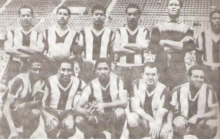 Sacco también jugó en Alianza: es el cuarto de los hincados desde la izquierda, en esta imagen de 1958 (Foto: libro ¡...Arriba Alianza!, Teodoro Salazar Canaval)