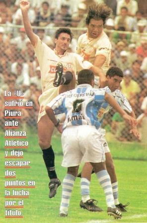 Junto a Falaschi en el salto en un cotejo ante Alianza Atlético en el Miguel Grau de Piura (Recorte: revista Once)